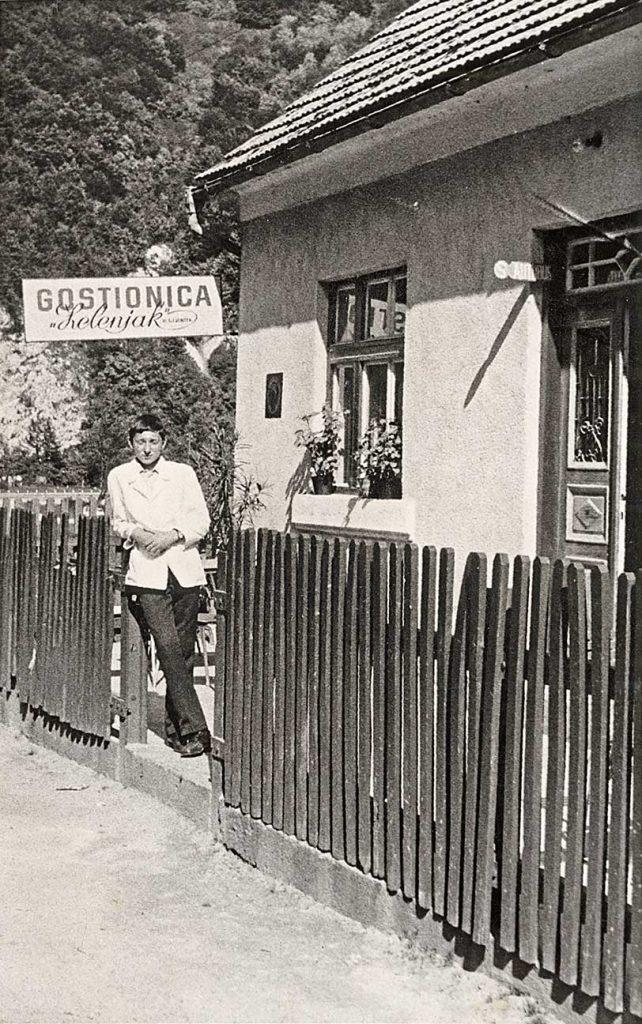 Unuk Branko pomaže baki u gostionici.